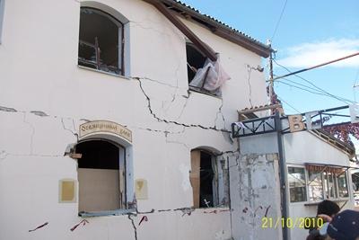 Правое крыло фасадной стены поврежденного здания.