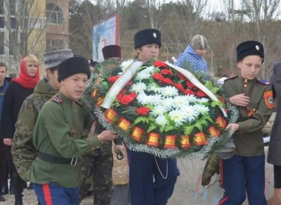 Венок на воду в память о покинувших Крым