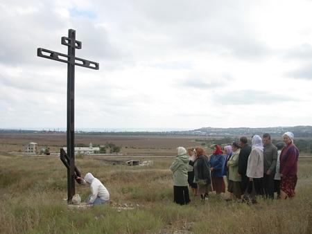 Поклонный Крест у алтаря разрушенного храма